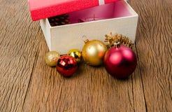 rood giftdoos en Kerstmisornament royalty-vrije stock foto's