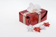 Rood giftvakje met witte orchidee en document knoop. Royalty-vrije Stock Afbeeldingen