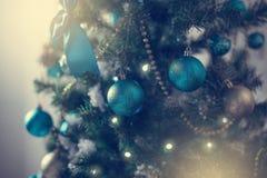 Rood glanzend stuk speelgoed op de Kerstboom Royalty-vrije Stock Afbeeldingen