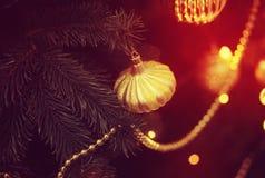 Rood glanzend stuk speelgoed op de Kerstboom Stock Fotografie