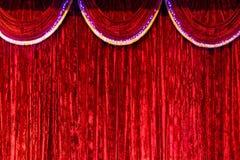 Rood gordijn op stadium als achtergrond royalty-vrije stock foto