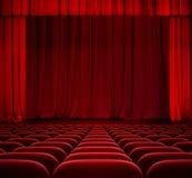 Rood gordijn op theaterstadium met rode fluweelzetels Royalty-vrije Stock Fotografie