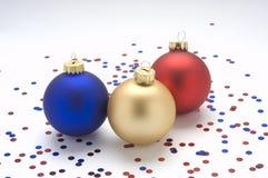 Rood, goud, en blauwe ornamenten met confettien. Stock Foto's