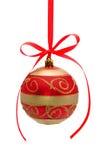 Rood-gouden Kerstmisbal die op wit wordt geïsoleerde Stock Afbeelding