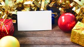 Rood gouden Kerstmisdecor en lege document kaart op houten lijst Nieuwjaardecoratie op rustiek hout Royalty-vrije Stock Afbeeldingen