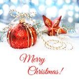 Rood-gouden Kerstmisdecoratie op sneeuw, tekstruimte Royalty-vrije Stock Foto's