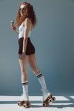 Rood haarmeisje die op rollen roomijs eten, hipster meisje het glimlachen Royalty-vrije Stock Foto