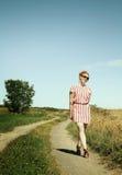 Vrouw in een weg stock fotografie