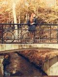 Rood haired meisje met fiets in herfstpark royalty-vrije stock afbeeldingen