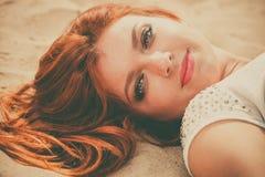 Rood haired meisje openlucht op strand Stock Foto