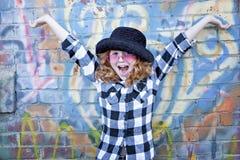 Rood haired meisje voor bakstenen muur royalty-vrije stock foto