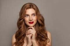 Rood haired meisjesportret Leuke roodharigevrouw met natuurlijk gezond huid en haar stock fotografie