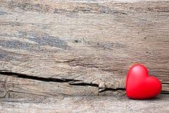 Rood hart in barst van houten plank royalty-vrije stock afbeeldingen