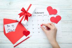 Rood hart boven februari-kalender Royalty-vrije Stock Fotografie