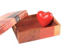 Rood hart in de kleine doos voor de dag van de Valentijnskaart Stock Foto