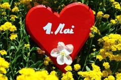 Rood hart in de de lentebloemen stock fotografie