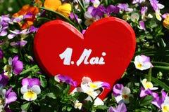 Rood hart in de de lentebloemen royalty-vrije stock foto's