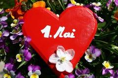 Rood hart in de de lentebloemen stock foto