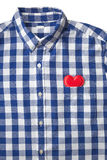 Rood hart in de zak van het blauwe en witte streepoverhemd Royalty-vrije Stock Afbeeldingen