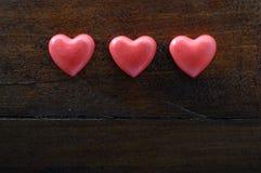 Rood hart drie op houten achtergrond Stock Afbeeldingen