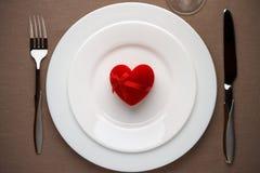 Rood hart - een symbool van liefde op de witte plaat Royalty-vrije Stock Afbeeldingen