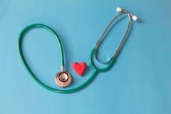 Rood hart en een stethoscoop Stock Afbeeldingen