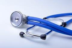Rood hart en een stethoscoop op bureau Royalty-vrije Stock Foto's