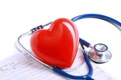 Rood hart en een stethoscoop op bureau Stock Foto