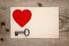 Rood hart en uitstekende sleutel Royalty-vrije Stock Fotografie
