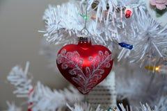 Rood hart gevormd Kerstmisornament stock afbeelding