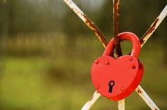 Rood hart gevormd slot Stock Afbeelding
