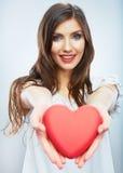 Rood hart. Liefdesymbool. Portret van mooie vrouwengreep Valent Royalty-vrije Stock Afbeeldingen