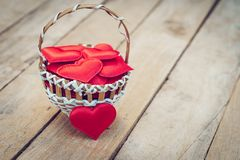 Rood hart in mand op houten lijst voor valentijnskaartdag en liefde c royalty-vrije stock afbeeldingen