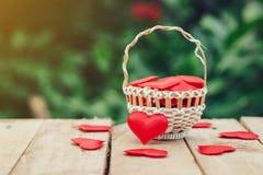Rood hart in mand op houten lijst voor valentijnskaartdag en liefde c royalty-vrije stock afbeelding