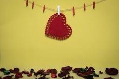 Rood hart met erwten op een gele achtergrond en een stuk van document Stock Afbeeldingen