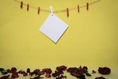Rood hart met erwten op een gele achtergrond en een stuk van document Stock Foto