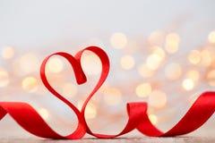 Rood hart met lint De achtergrond van de valentijnskaartendag Stock Foto's