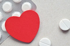 Rood hart met verpakking van tabletten Royalty-vrije Stock Afbeelding