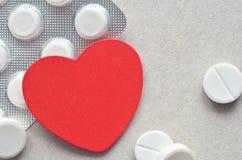 Rood hart met verpakking van tabletten Royalty-vrije Stock Foto's
