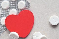 Rood hart met verpakking van tabletten Royalty-vrije Stock Foto