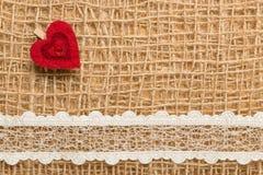 Rood hart op abstracte doekachtergrond Stock Fotografie