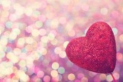 Rood hart op abstracte glanzende lichte achtergrond Stock Afbeeldingen