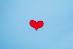 Rood hart op blauwe achtergrond van hoogste mening met ruimte Royalty-vrije Stock Afbeeldingen