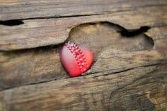 Rood hart op de achtergrond van een houten logboek stock foto's