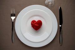 Rood hart op de witte plaat voor Valentijnskaartendag Stock Foto's