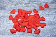 Rood hart op denim houten Achtergrond Valentijnskaarten en 8 Maart-Moeder de Dagconcept van Vrouwen stock fotografie