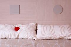 Rood hart op hoofdkussen. Liefde en Romaans symbool. Royalty-vrije Stock Foto's