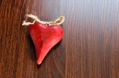 Rood hart op houten achtergrond. Stock Foto