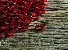 Rood hart op houten geweven van hoogste lijstgebruik voor de achtergrond van de valentijnskaartgebeurtenis en liefdeonderwerp Stock Foto's