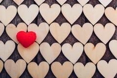 Rood hart op houten hartenpatroon op houten achtergrond stock fotografie